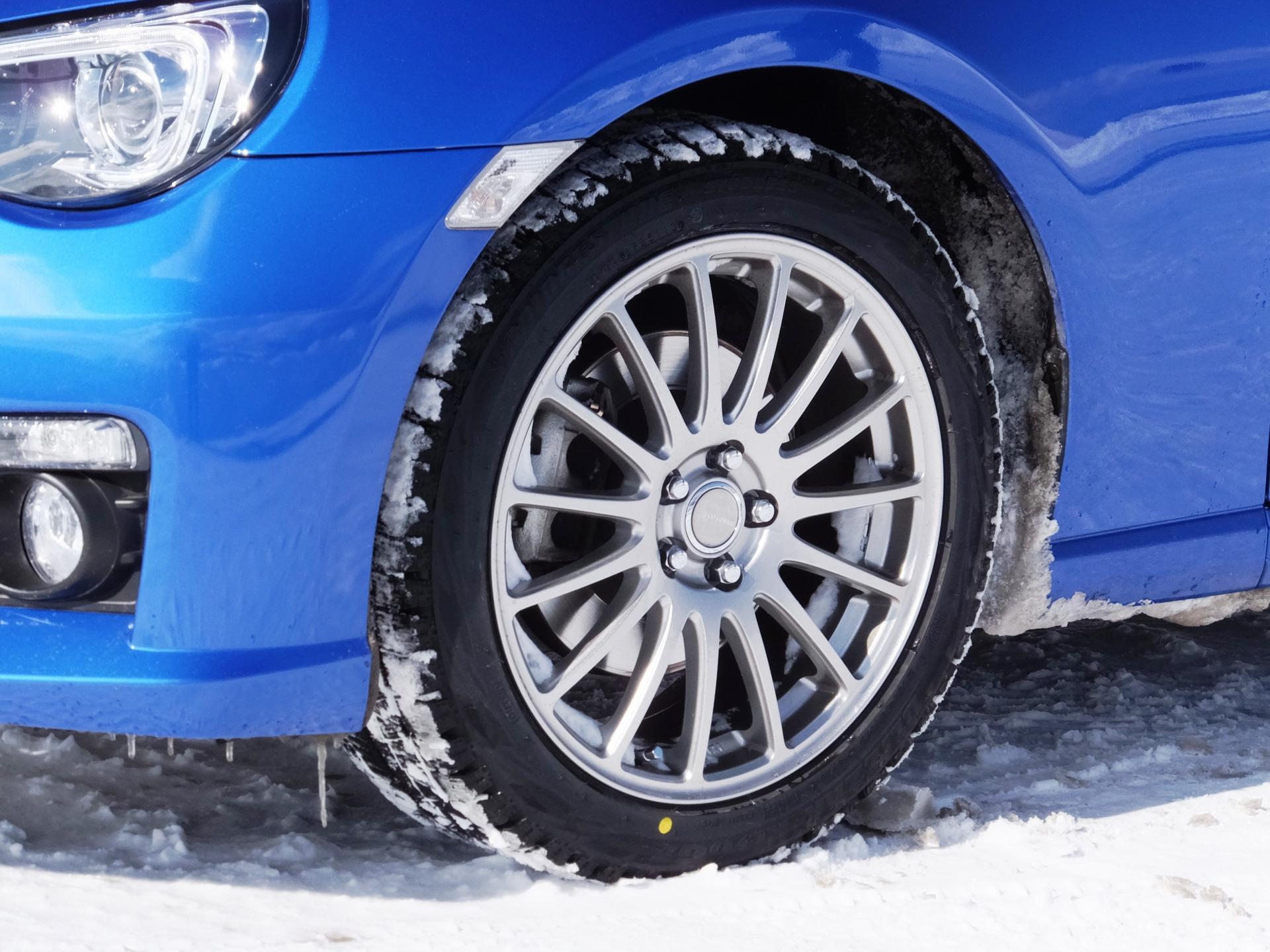 スタッドレスタイヤは凍結路面に効果的だが運転にはコツがある
