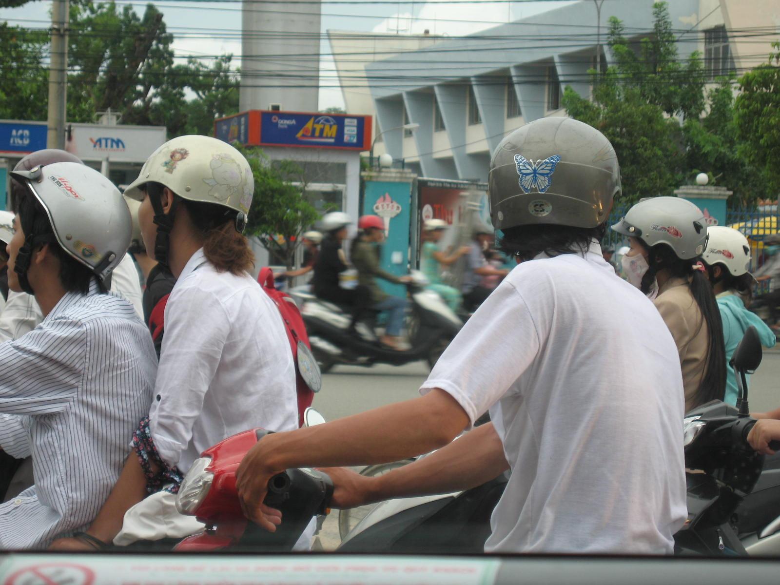 バイクの後ろに女性を乗せる場合には、安全第一で!