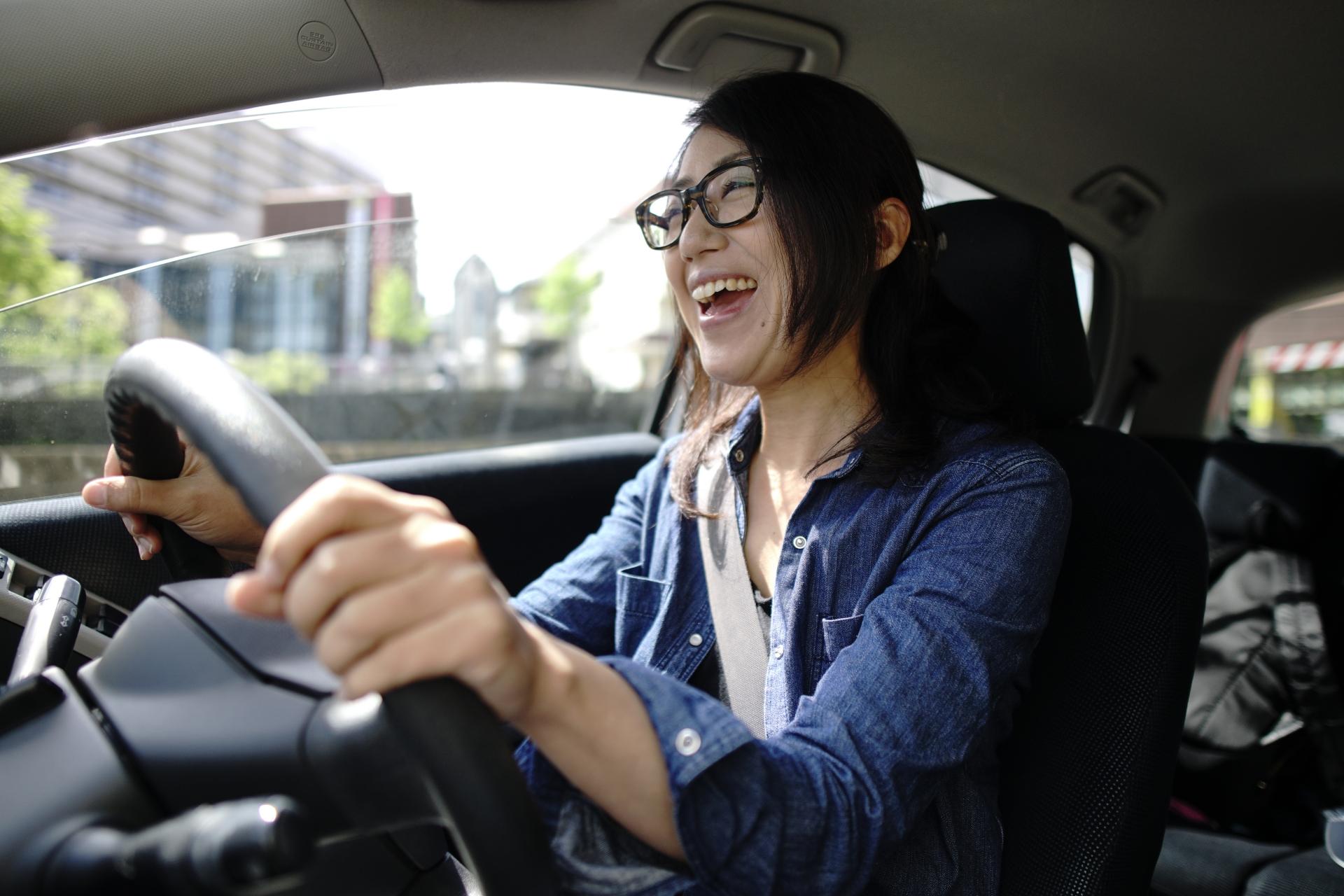 メガネが似合う芸能人は多い?特徴と似合うメガネの選び方