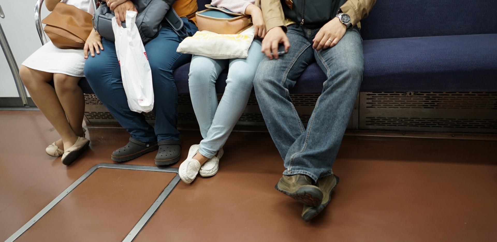 電車内で酔っ払いに絡まれた場合の対処法を紹介します