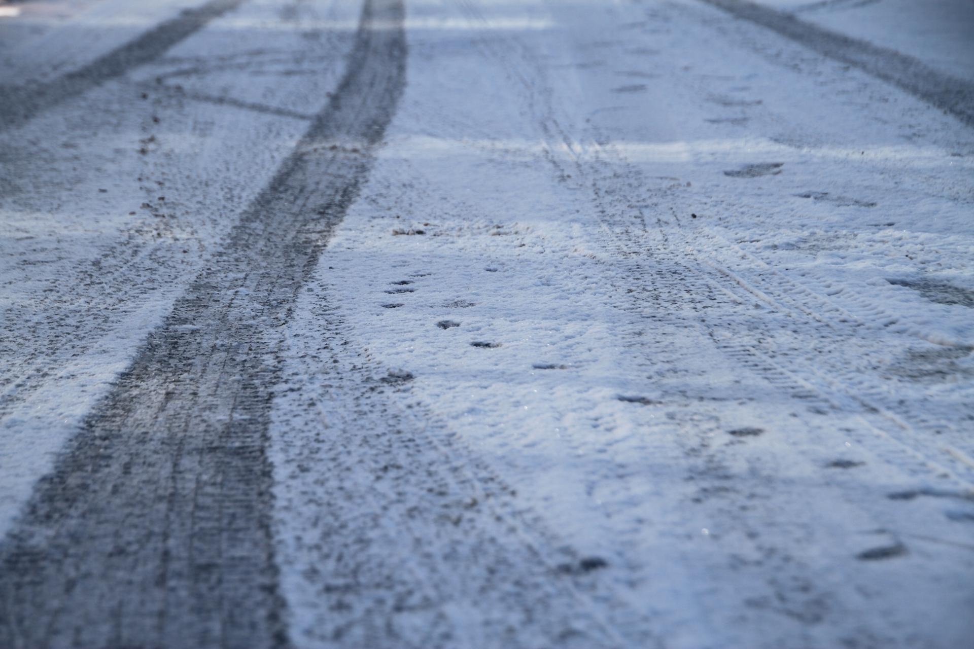 凍結した道路を運転するときにはこんな事に気をつけよう